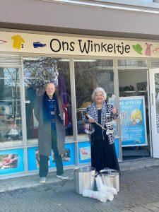 Zeger van der Houwen van Rotary Club Lelystad overhandigt Mila Romijn van Stichting M.I.L.A. de grote soeppannen
